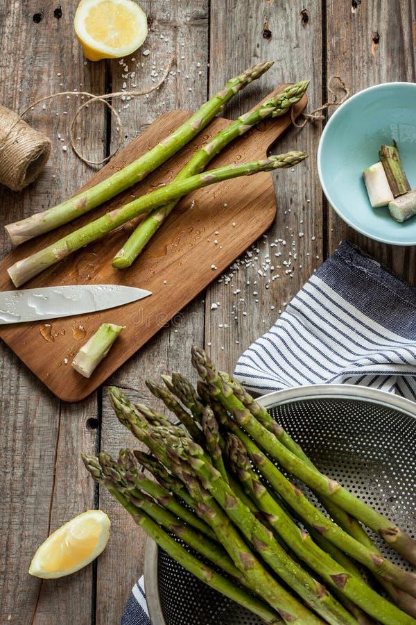 Sparris i lantligt kök - förbereda sig att laga mat på tappningträtabellen royaltyfri fotografi