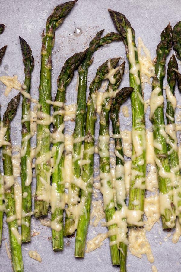 sparris med ost som bakas i ugnen fotografering för bildbyråer