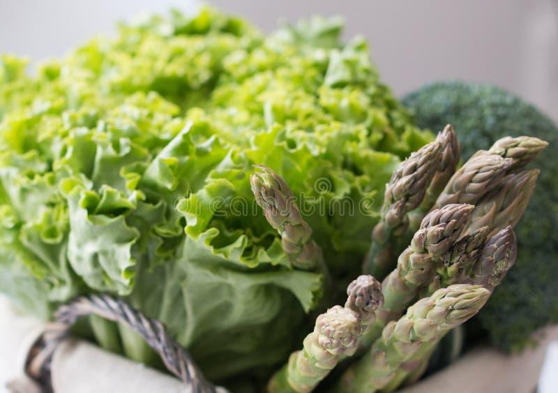 Sparris och broccoli för grön sallad i korg arkivfoto