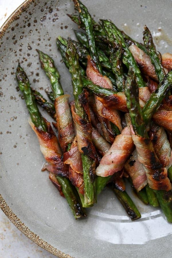 Sparris rullade i frasig bacon arkivbilder