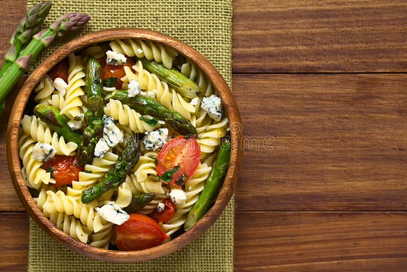 Sparris-, tomat-, ädelost- och pastasallad arkivfoto