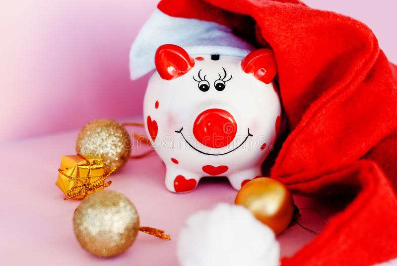 Sparschwein über rosa Hintergrund mit Weihnachtsdekorations-Kopienraum Jahr von Schwein 2019 stockbilder