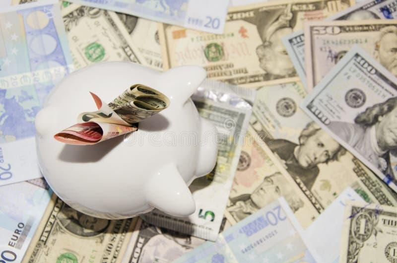 Sparschwein, das auf Geld steht stockfotografie