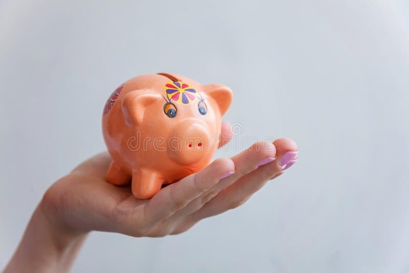 Sparschwein in der Hand lizenzfreie stockfotografie
