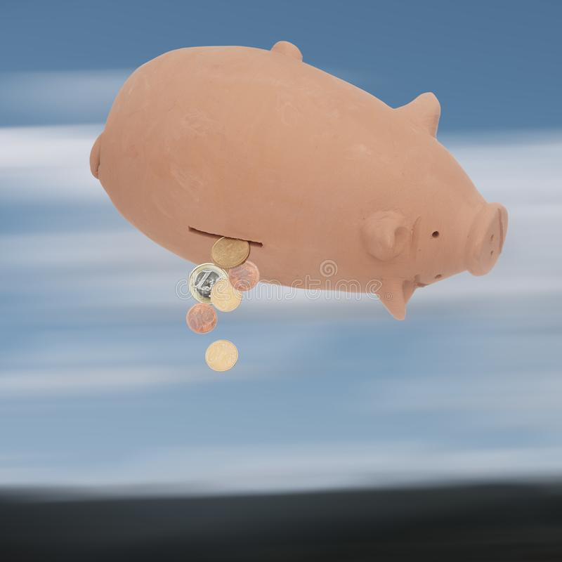 Sparschwein, Geldkasten umgedreht, wenige Euromünzen, die herausfallen Finanzkrise usw. EU Bankwesen, Budgetkonzept lizenzfreie stockbilder