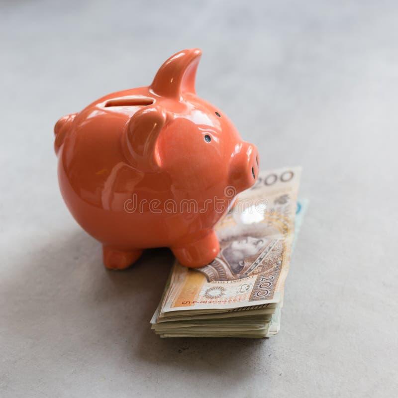 Sparschwein mit polnischem Geld auf konkreter Tabelle lizenzfreies stockbild