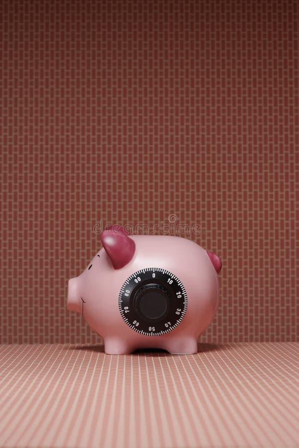Sparschwein mit Seitenansicht des Kombinationsschlosses lizenzfreies stockbild