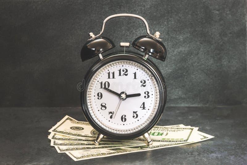 Sparschweingeld auf blauem Hintergrund stockfotografie