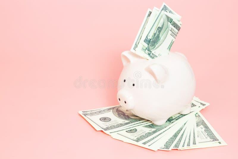 Sparschweingeld auf blauem Hintergrund lizenzfreies stockfoto