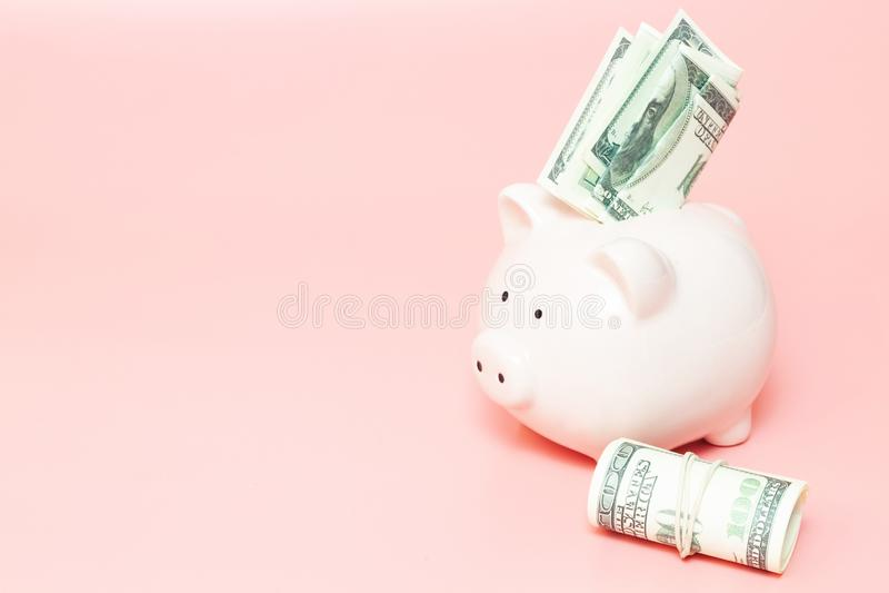Sparschweingeld auf blauem Hintergrund stockfotos
