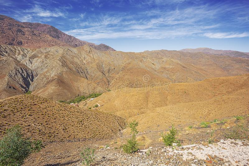 Sparse habitation on the Tizi n'Tichka pass stock afbeelding