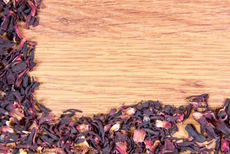 Sparso sulla tavola i petali del primo piano rosa sudanese fotografie stock