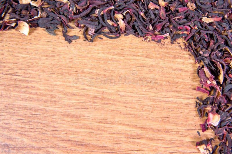 Sparso sulla tavola i petali del primo piano rosa sudanese immagini stock
