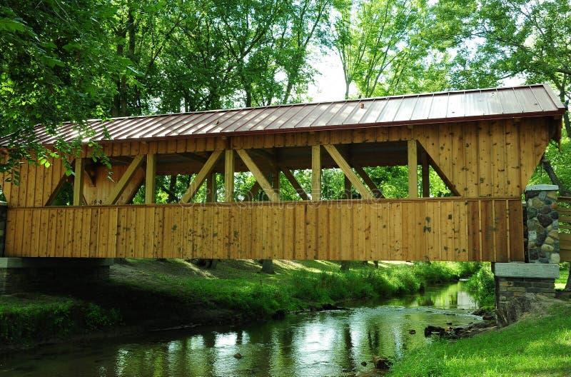 Sparta Wisconsin täckte bron - sidosikt arkivfoto
