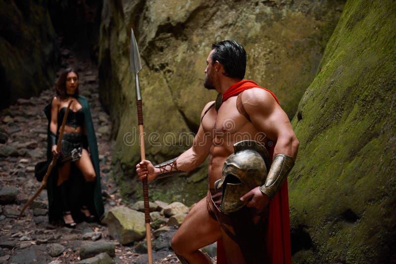 Spartaanse strijder en zijn vrouw in het hout royalty-vrije stock afbeelding