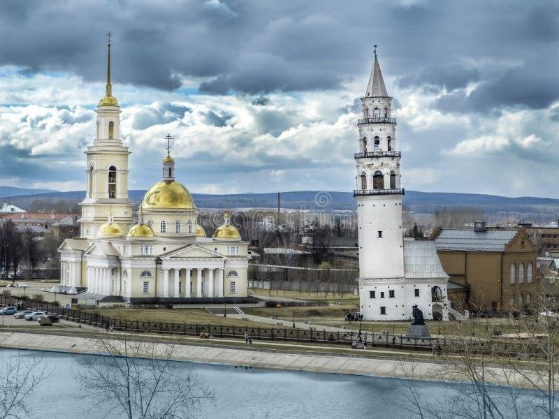 Spaso-Preobrazhensky domkyrka i staden och Nevyansk det lutande tornet arkivbilder