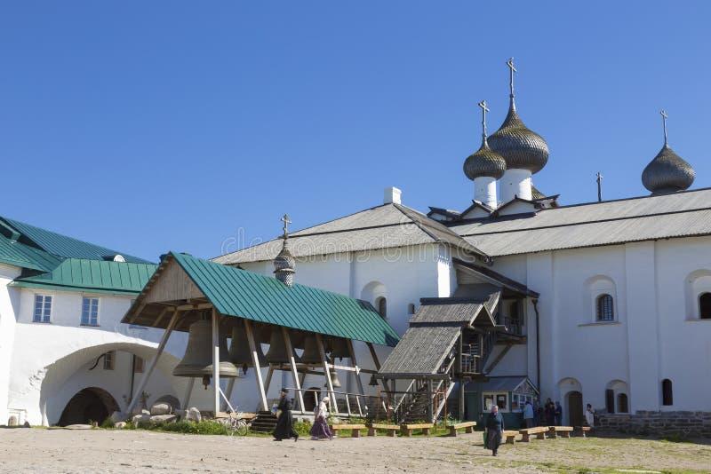 Spaso-Preobrazhensky le monastère de Solovetsky Stavropegial sur l'île de Bolshoi Solovetsky en mer blanche Cour avec le monastèr photos libres de droits