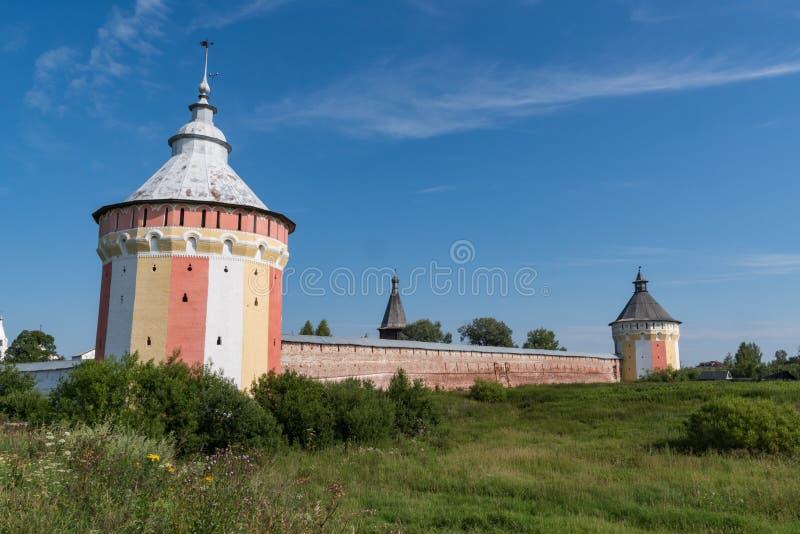 Spaso-Prilutsky修道院塔和墙壁在沃洛格达州, 免版税库存照片