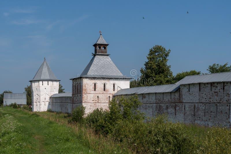 Spaso-Prilutsky修道院塔和墙壁在沃洛格达州 免版税库存图片