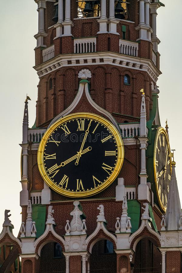 Spasskaya耸立与编钟在红场的克里姆林宫 免版税库存图片