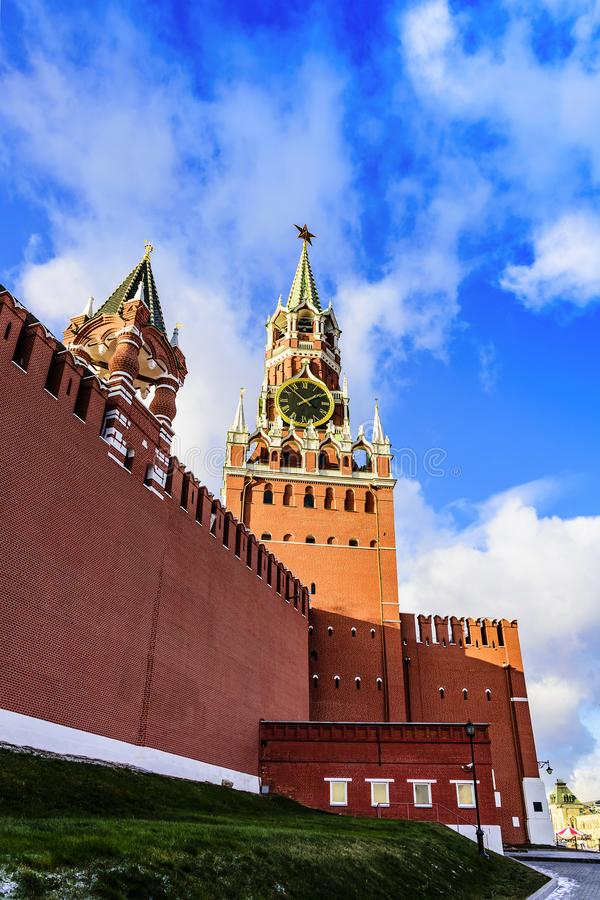 Spasskaya e torri reali del Cremlino contro il cielo blu al tramonto di un giorno soleggiato in autunno tardo Quadrato rosso Russ fotografia stock