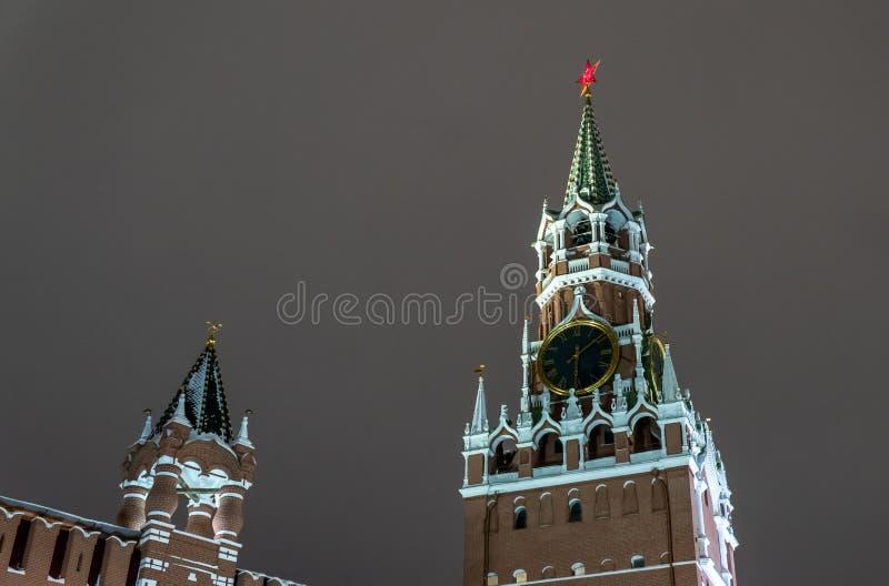 Spasskaya Kontrollturm von Kremlin, Nachtansicht Moskau, Russland stockfotografie