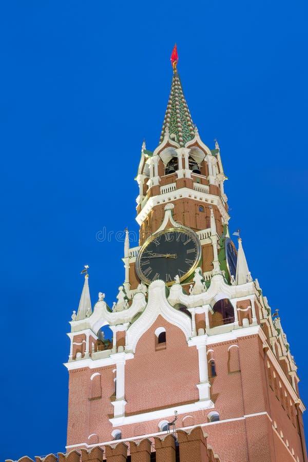 Spasskaya torn av Kreml på röd fyrkant i Moskva, Ryssland Blå timmesolnedgångsikt royaltyfria bilder