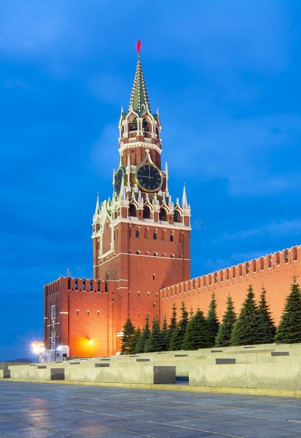 Spasskaya torn av MoskvaKreml på den röda fyrkanten på natten, Ryssland royaltyfri bild