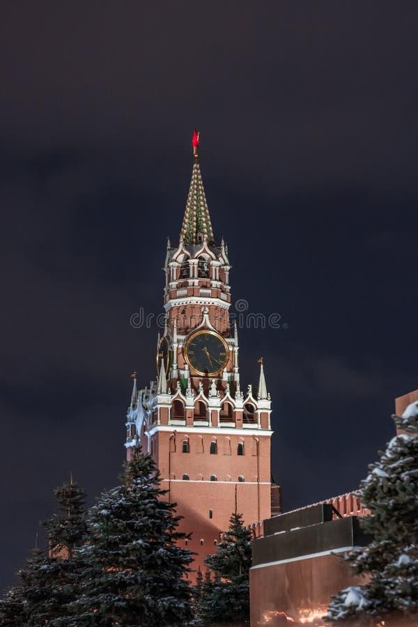 Spasskaya torn på den röda fyrkanten, Moskva, Ryssland med mörker - blå himmel över royaltyfria bilder