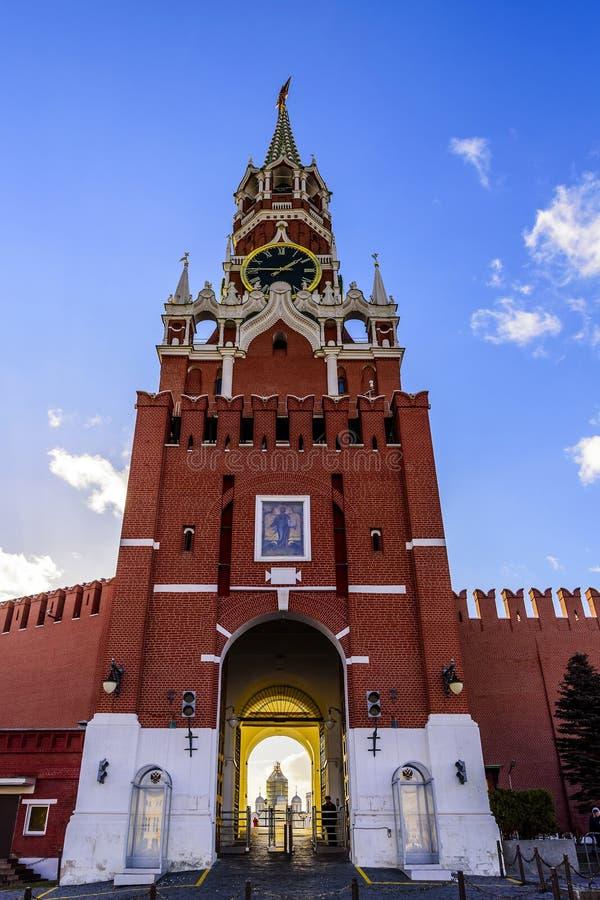 Spasskaya-Turm, Glockenspiele und ein Durchgang zum Kreml gegen den blauen Himmel bei Sonnenuntergang eines sonnigen Tages im Spä lizenzfreies stockfoto
