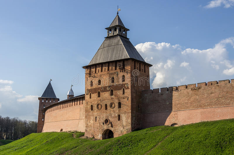 Spasskaya-Turm und Wände vom Kreml Veliky Novgorod lizenzfreie stockfotografie