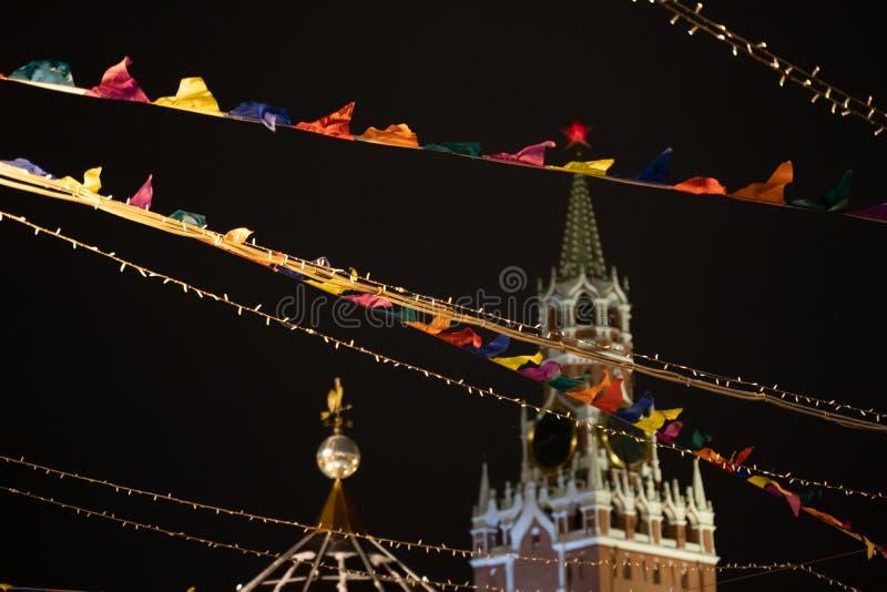 Spasskaya wierza Kremlin z Bożenarodzeniową dekoracją na placu czerwonym w Moskwa, Rosja fotografia royalty free