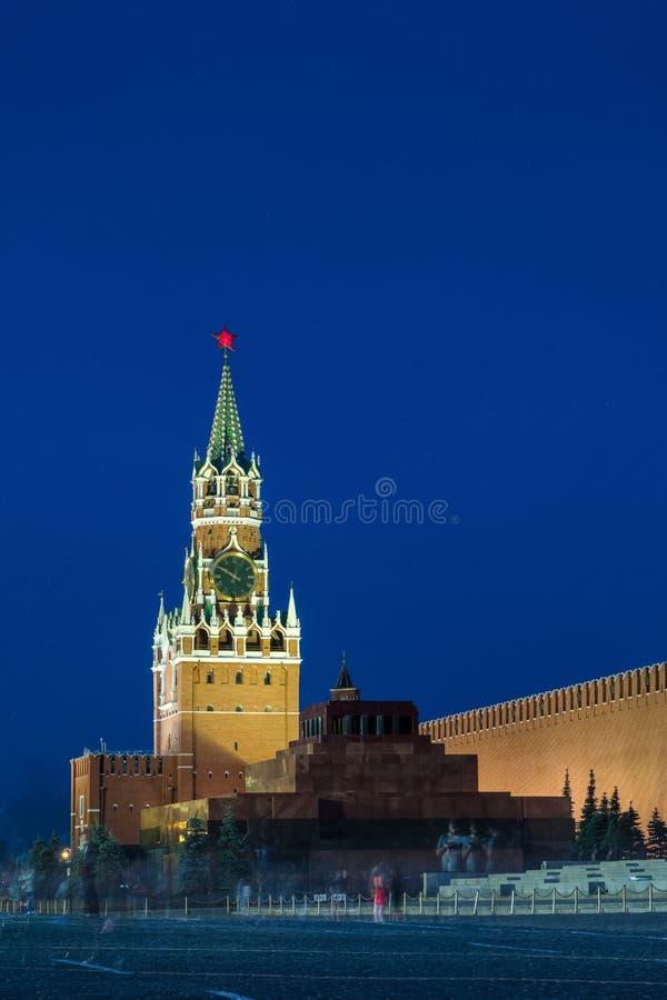 Spasskayaklokketoren in Moskou Rusland in de avond met mooie verlichting royalty-vrije stock afbeelding