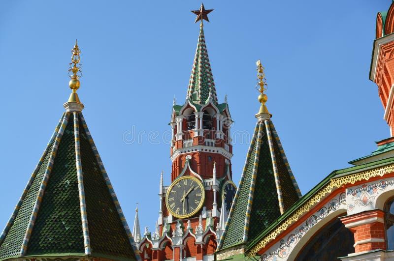 Spassky torn och kupoler av domkyrkan för St-basilika` s i Moskva, Ryssland royaltyfria bilder