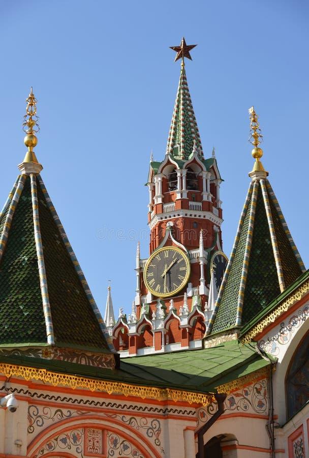 Spassky torn och kupoler av domkyrkan för St-basilika` s i Moskva, Ryssland fotografering för bildbyråer