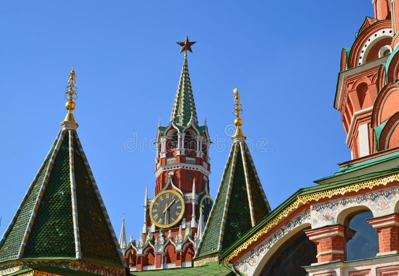 Spassky torn och kupoler av domkyrkan för St-basilika` s i Moskva, Ryssland royaltyfri bild