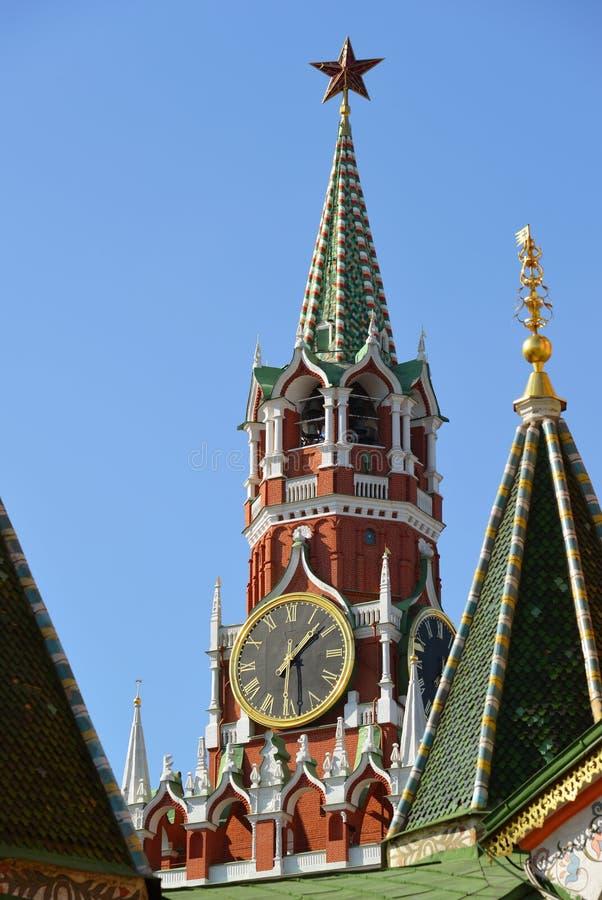 Spassky torn och kupoler av domkyrkan för St-basilika` s i Moskva, Ryssland arkivfoto