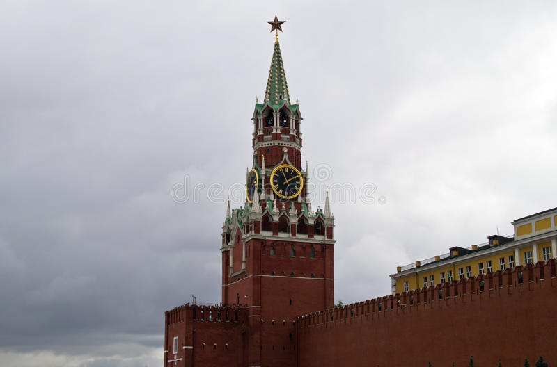 Spassky-Turm und die Wand des Moskaus der Kreml lizenzfreies stockbild
