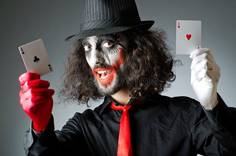 Spassvogel mit Karten im Studio lizenzfreies stockbild