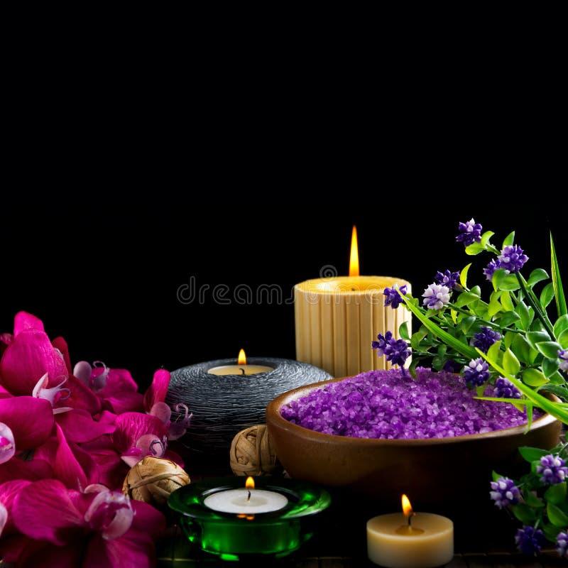 Spastearinljus och blommor arkivbild