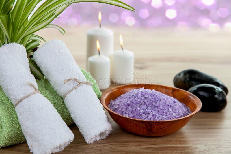 SPAstilleben med aromatiska det salt bränningstearinljus-, sten-, handduk- och lavendelbadet royaltyfria bilder