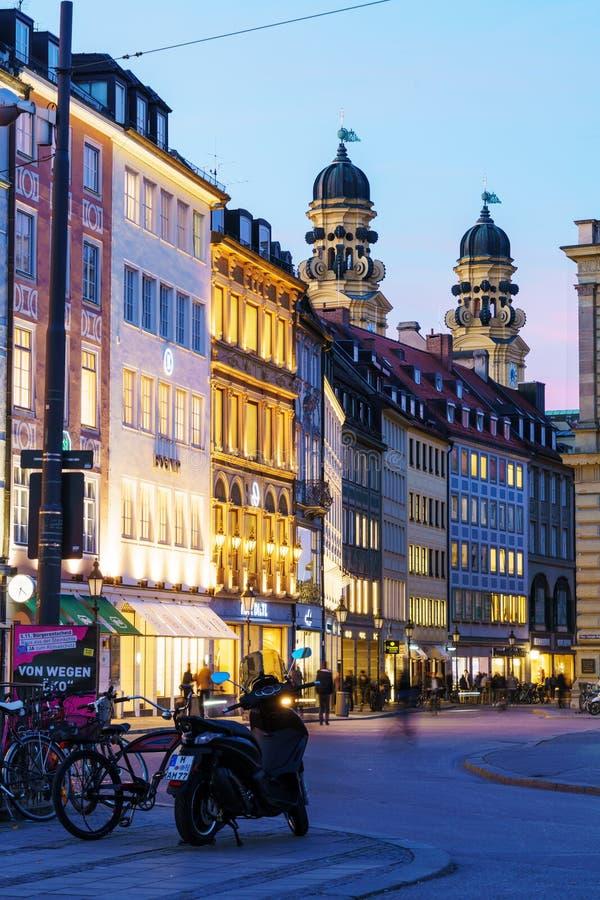 Spatenhaus en Máximo-José-Platz en la noche, Munich, Alemania imagen de archivo