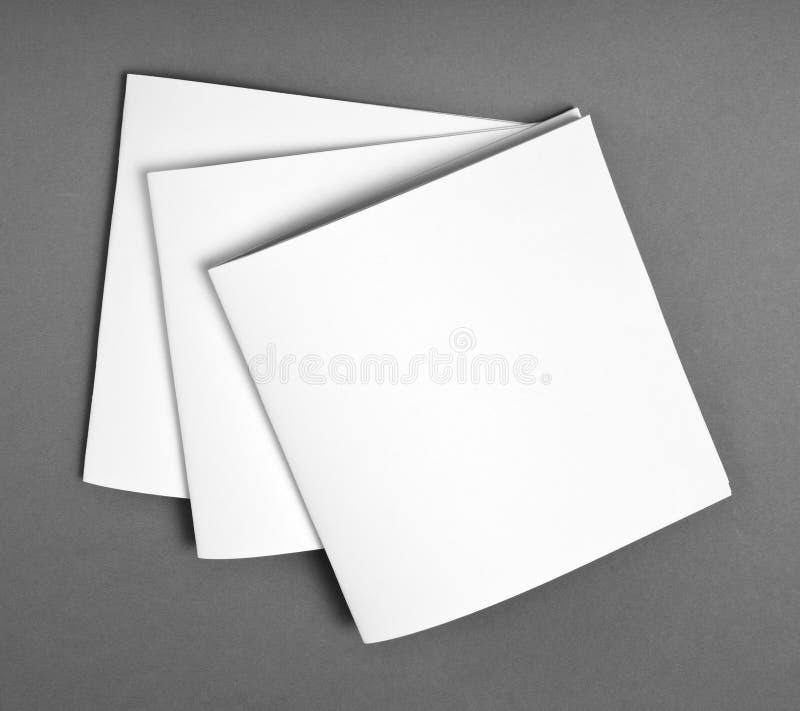 Spatie geopend die tijdschrift op grijze achtergrond met zachte elft wordt geïsoleerd stock afbeelding