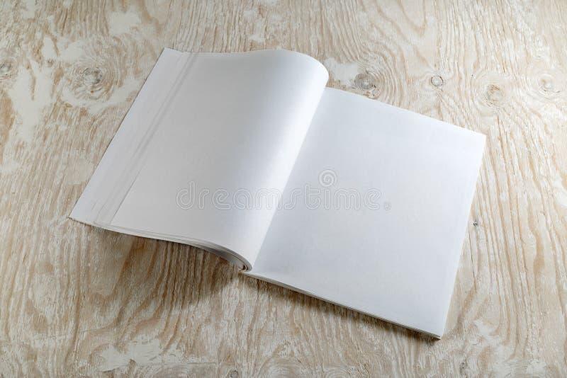 Spatie geopend tijdschrift stock afbeelding