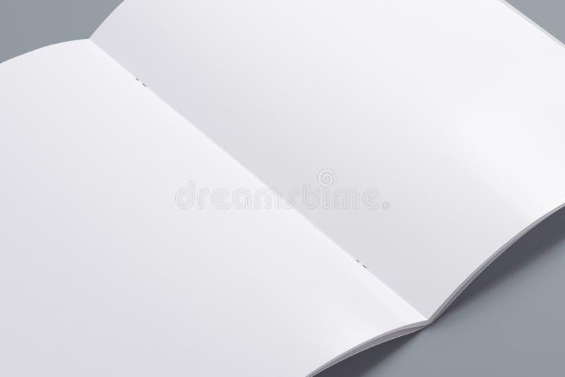 Spatie geopend die tijdschrift op grijs wordt geïsoleerd stock afbeelding