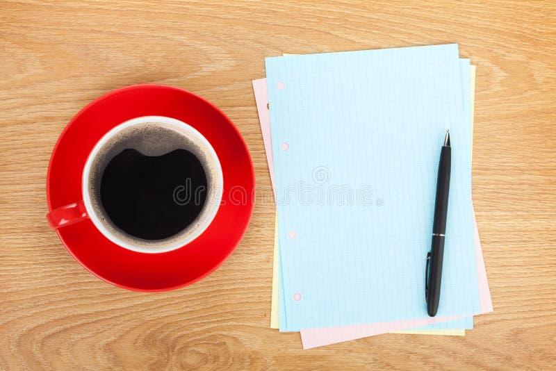 Spatie gevoerde documenten met koffiekop en pen stock afbeeldingen