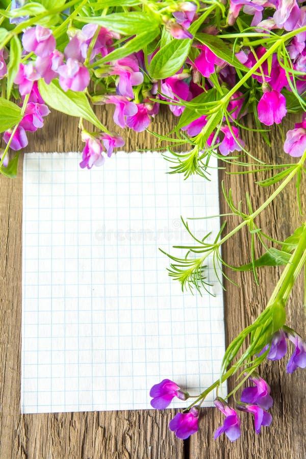 Spatie met de lentebloemen stock afbeeldingen