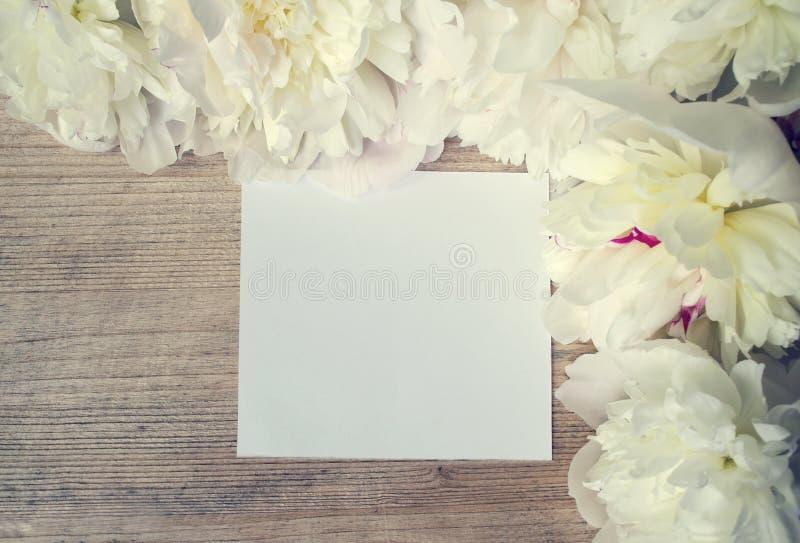 Spatie voor een prentbriefkaar met kader van witte bloemen op een houten boa stock fotografie