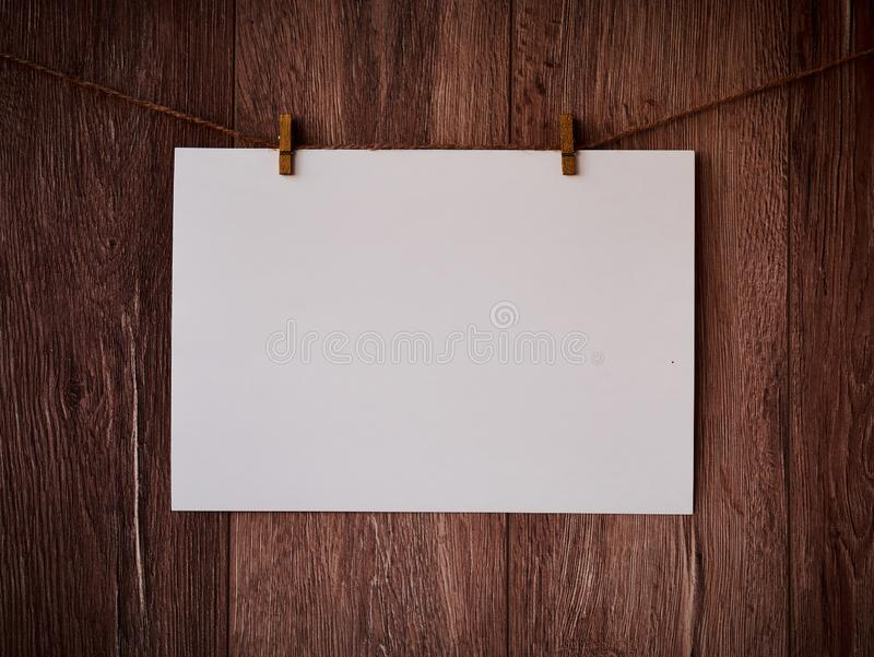 Spatie voor tekst op een houten achtergrond Brief op de wasknijpers Uitstekende houten textuur Vrije ruimte De ruimte van het exe stock foto