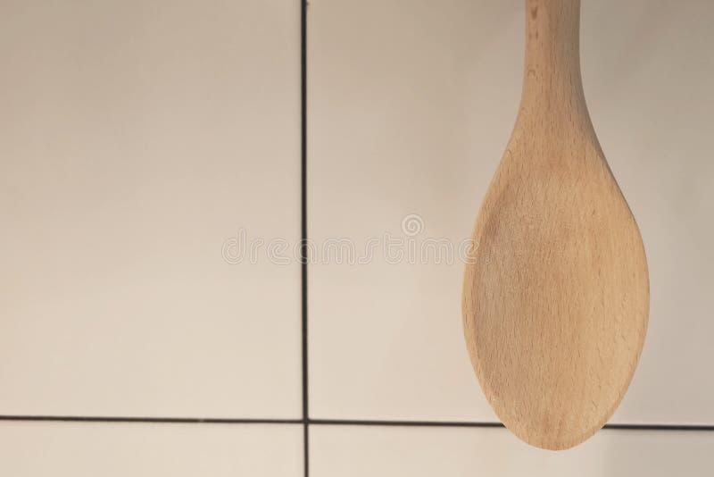 Spatola o siviera di legno che appende sulla parete immagine stock